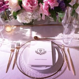 Ritz linen, matte gold cutlery, gold rim charger